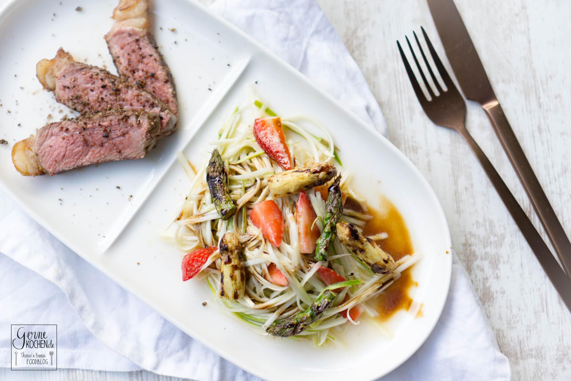 Spargelsalat mit Erdbeeren, gegrillten Spargelköpfen und Dry Aged Striploin Steaks