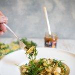 Mediterraner Pastasalat mit Pinienkernen und Mozzarella