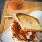 American Rib Sandwich mit Sriracha-BBQ-Sauce und Coleslaw