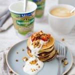 Joghurt Pancakes mit frischen Erdbeeren und Granola