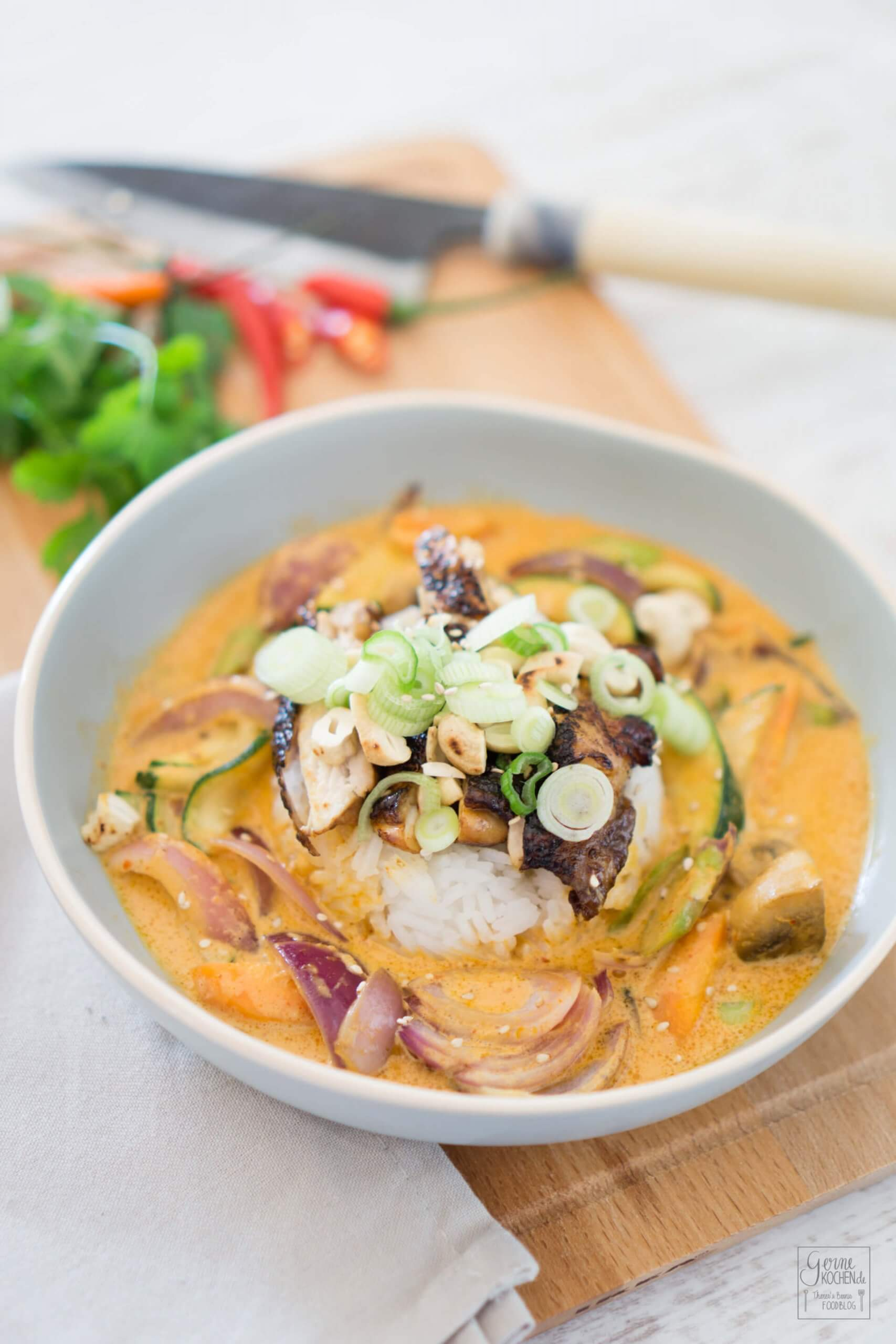 Rotes Thai Curry mit Hähnchenfleisch und grünem Spargel