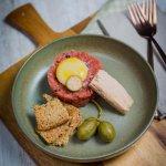 Vitello Tonnato 2.0 – Kalbstatar mit Thunfisch, Onsen-Ei und Kapernäpfeln