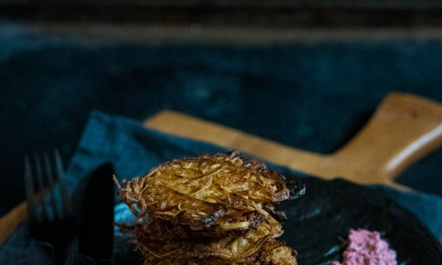 Pastinakenpuffer mit Rote-Bete-Meerrettich-Creme [enthält Werbung]