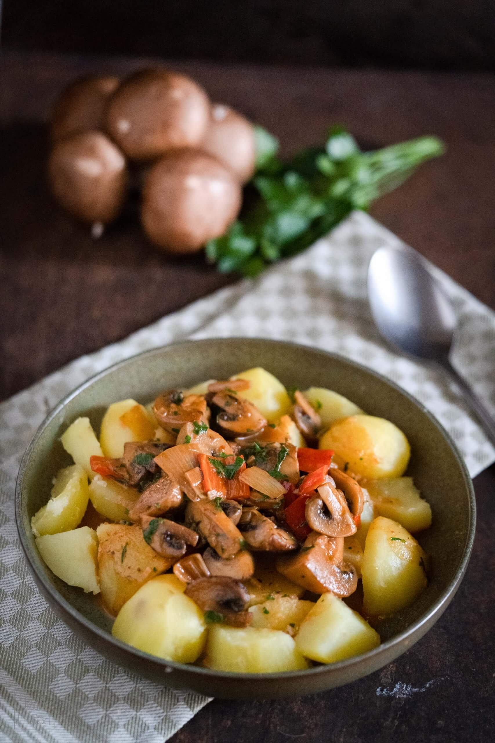Champignongulasch mit Salzkartoffeln