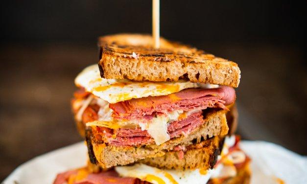 Pastrami-Sandwich mit Krautsalat und Spiegelei