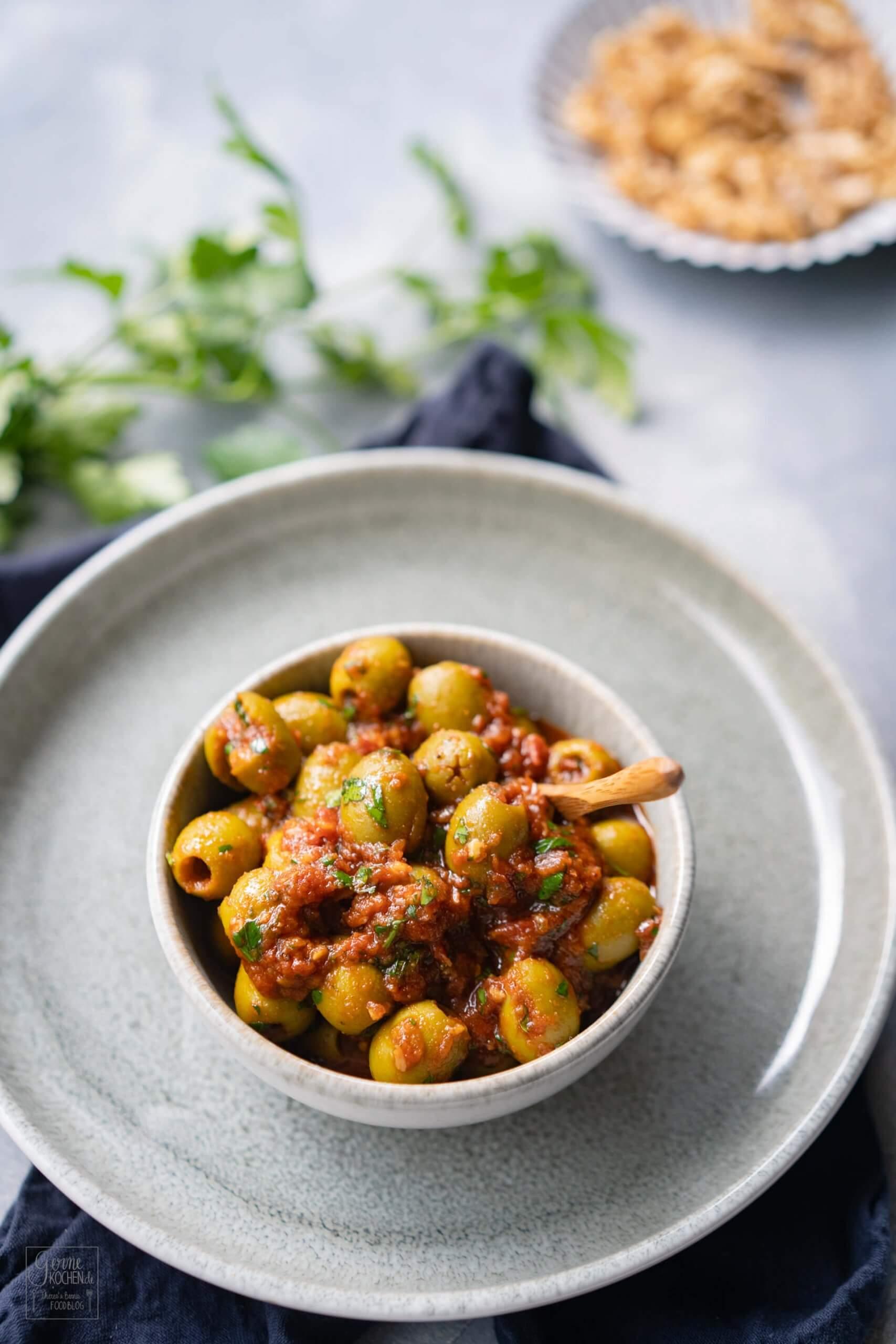 Grüne Oliven in Tomatensauce