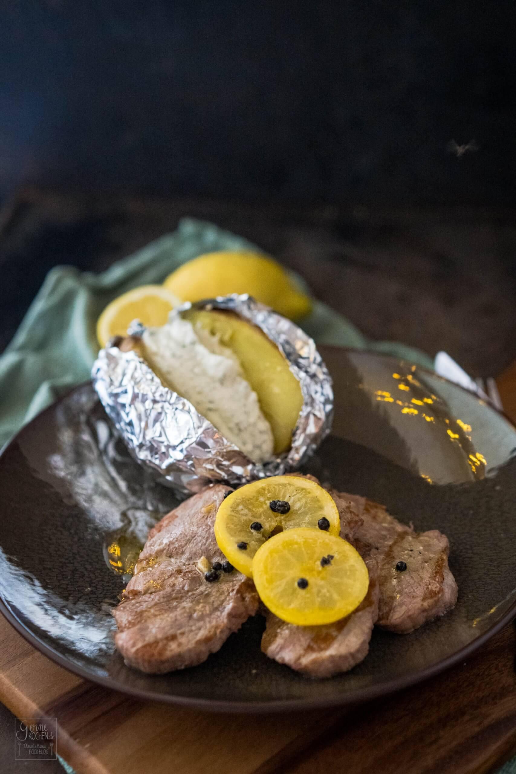 Kalbsschnitzelchen vom Grill mit Zitronenbutter