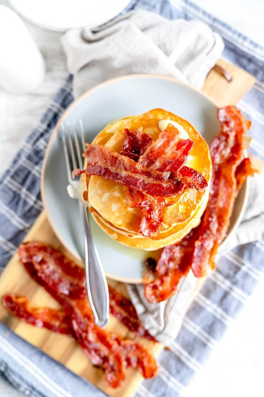 Buttermilchpancakes mit kandiertem Bacon