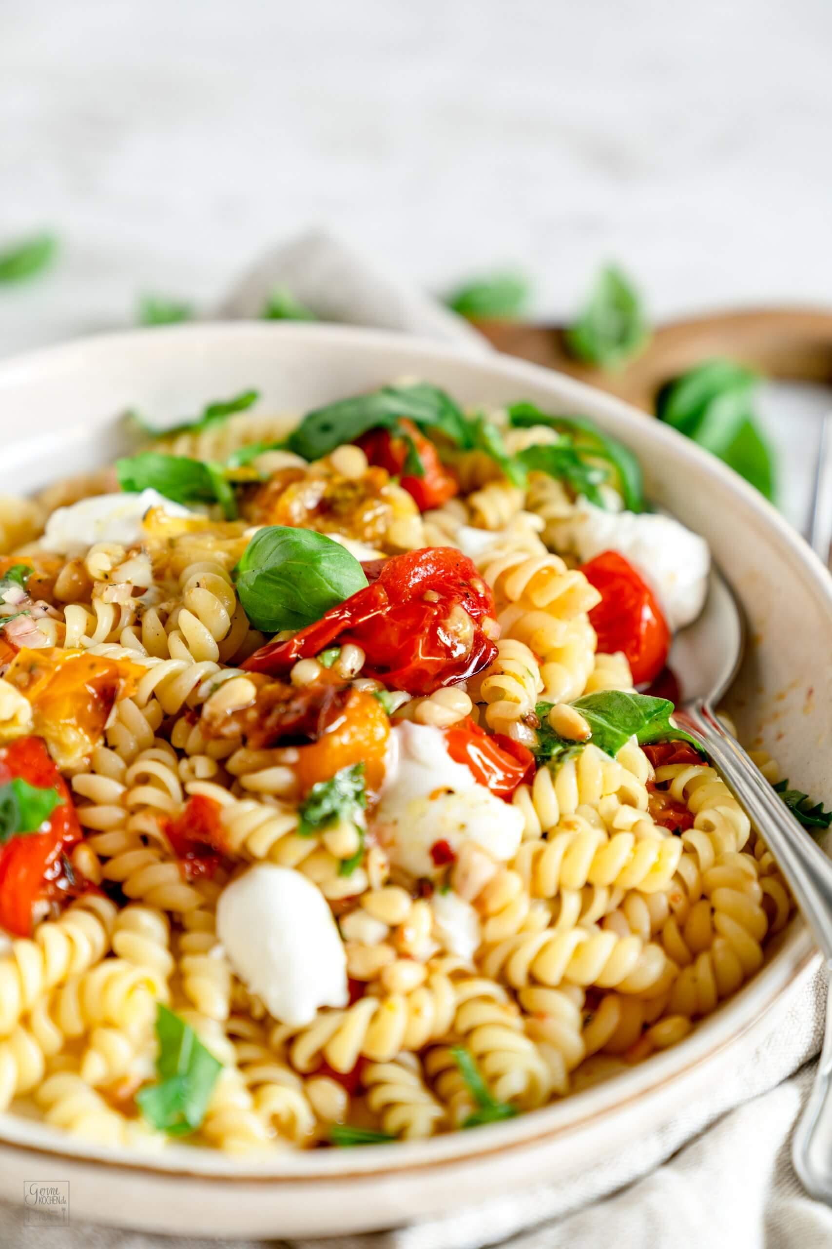 Pasta mit ofengerösteten Tomaten und Mozzarella