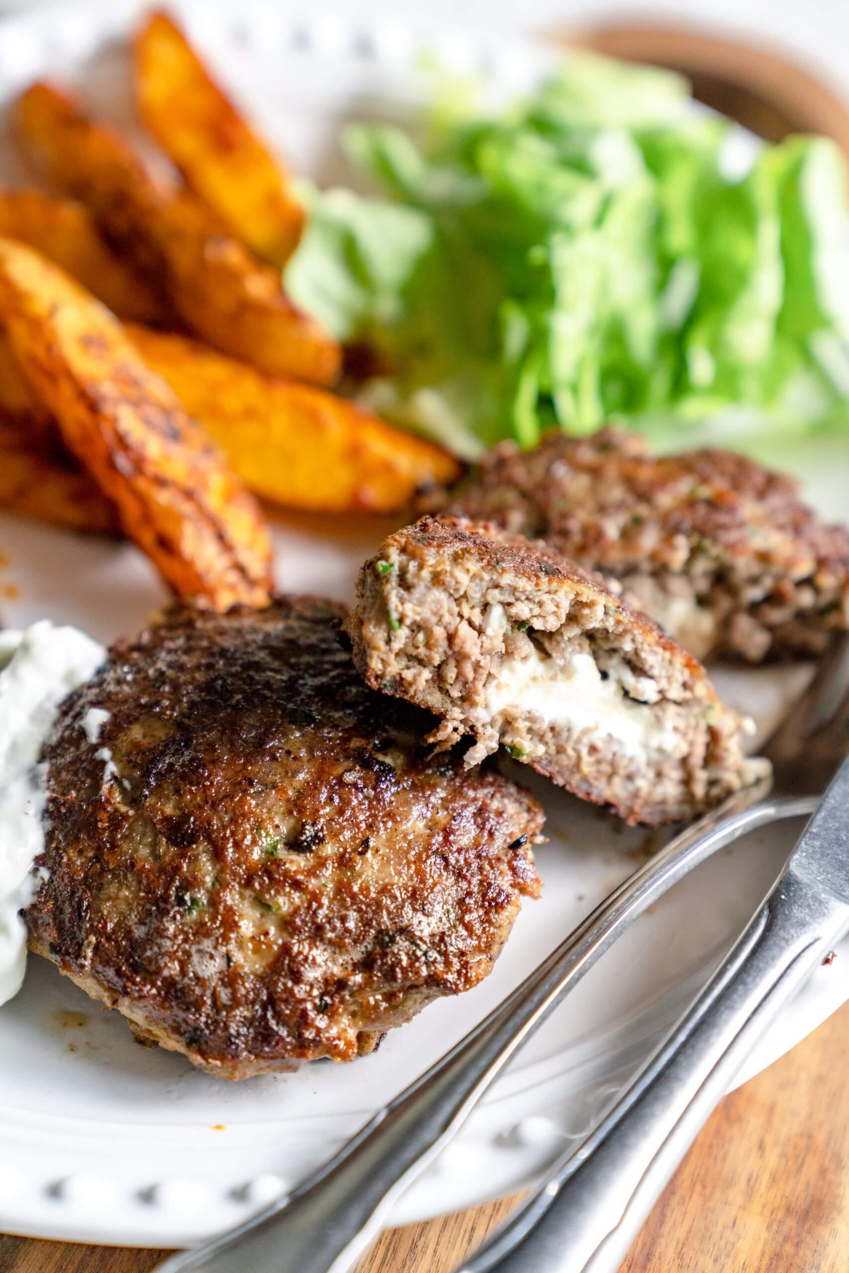 Bifteki – Griechische Frikadelle mit Feta gefüllt