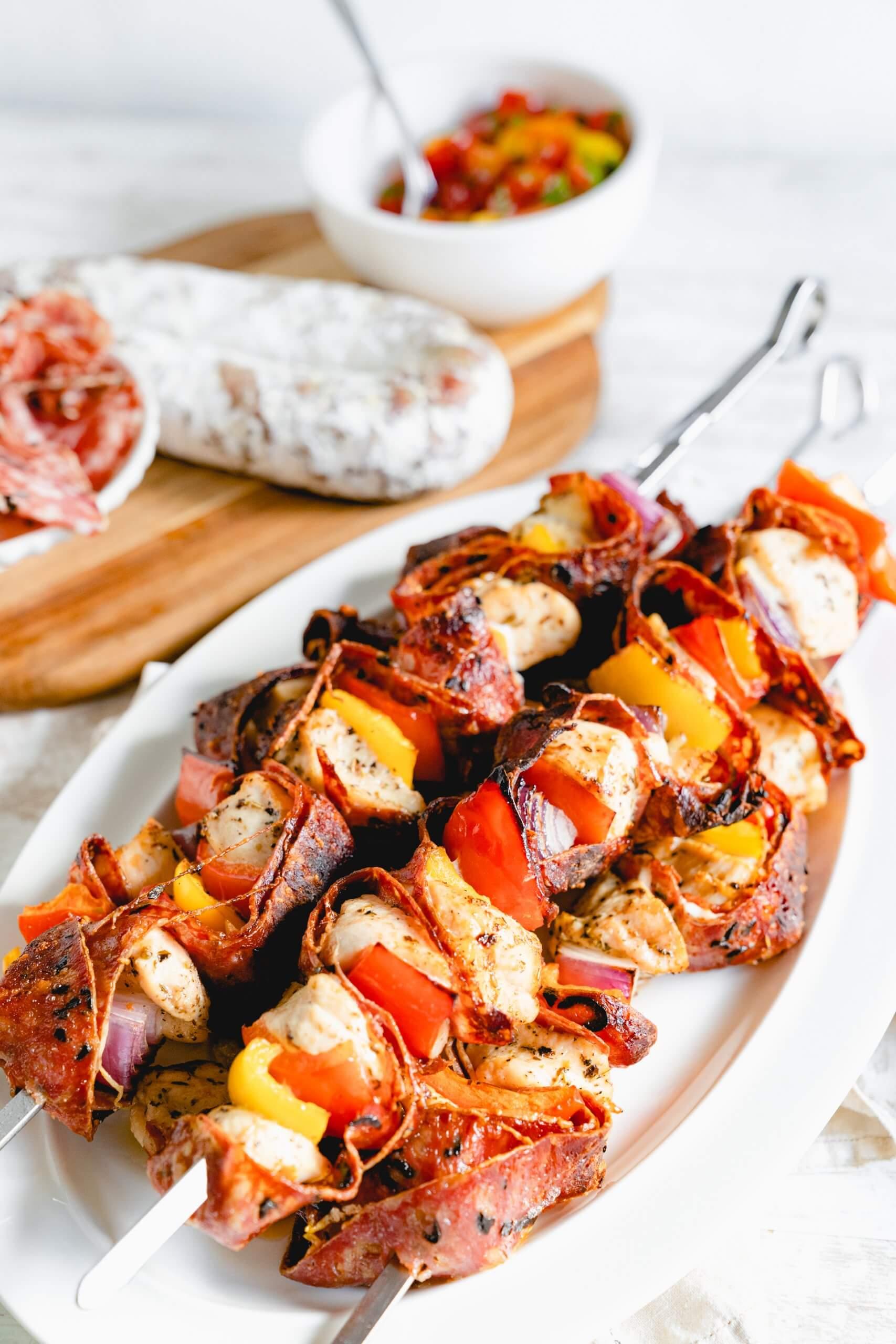 Hähnchenspieße mit Salami und Tomatensalat